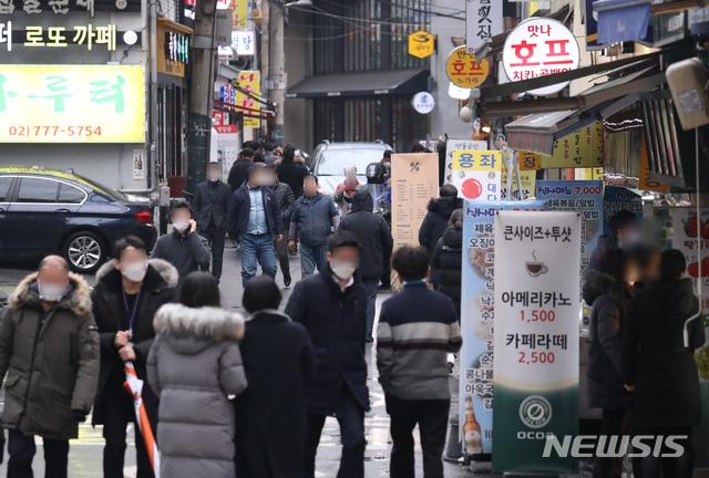 [서울=뉴시스] 고승민 기자 = 28일 서울 중구의 한 식당가에서 직장인들이 밥을 먹으러 분주히 이동하고 있다. kkssmm99@newsis.com 이 사진은 기사 내용과 직접적 관련 없음