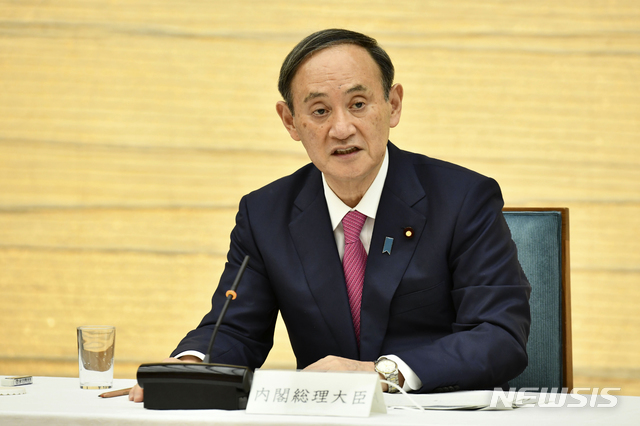 [도쿄=AP/뉴시스] 스가 요시히데 일본 총리가 지난 1월 22일 총리 관저에서 코로나19 대책 본부 회의를 가지고 발언하고 있다. 2021.01.25.