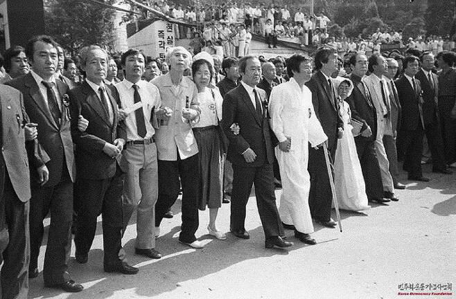 1987년, 고문후유증으로 건강이 악화돼 형집행정지로 석방되자마자 유월항쟁의 거리에서 백기완은 지팡이를 짚으며 함께 했다. 박용수씨 제공