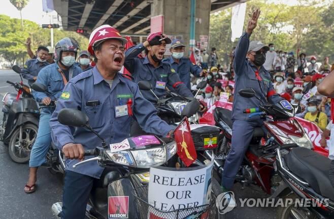 근무복 입고 쿠데타 규탄시위 나선 미얀마 주유소 직원들 (양곤 AP=연합뉴스) 24일(현지시간) 미얀마 최대 도시 양곤에서 주유소 직원들이 근무복을 입고 '세 손가락 경례'를 하며 지난 1일 발생한 군부 쿠데타와 아웅산 수치 국가고문 구금을 규탄하는 시위를 벌이고 있다. knhknh@yna.co.kr