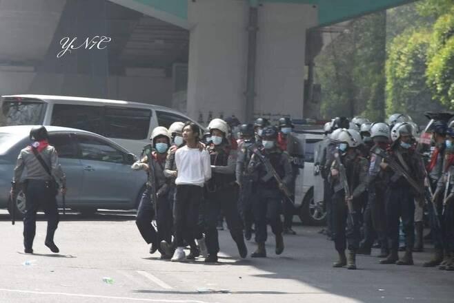 양곤 시내에서 경찰이 시위 참가자를 체포하는 모습. 2021.2.25 [트위터 캡처. 재판매 및 DB 금지]