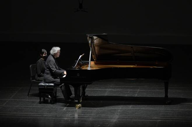 데뷔 65주년 첫 무대에서 연주하는 백건우 피아니스트 백건우가 26일 대전예술의전당에서 슈만의 곡을 연주하고 있다. [대전예술의전당 제공, 재판매 및 DB 금지]