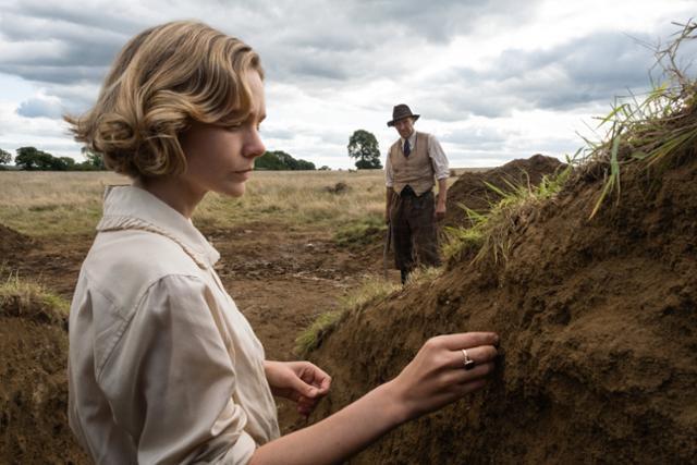 '더 디그'는 영국 역사를 뒤흔든 서튼 후의 배 무덤 발굴 실화를 다룬 영화다. 제2차 세계대전 직전인 1939년 이디스 프리티(캐리 멀리건)는 바질 브라운(랄프 파인즈)에게 자신의 땅에 있는 고분 발굴을 의뢰한다. 넷플릭스 제공
