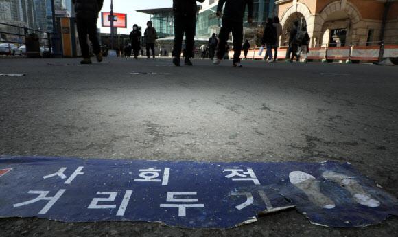 - 18일 서울 한 임시선별진료소 바닥에 붙은 거리두기 안내문이 낡은 모습이다. 2021.2.18 연합뉴스