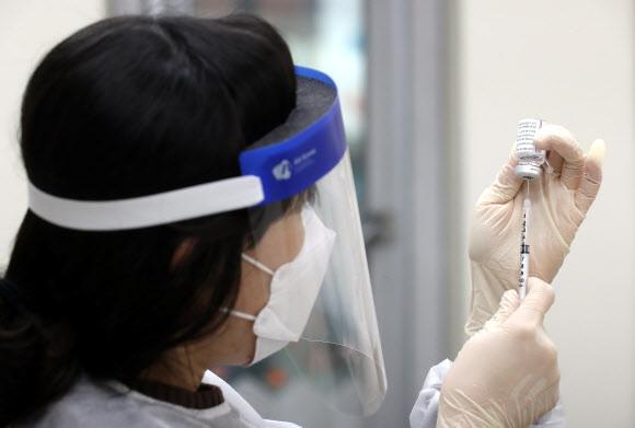 코로나19 백신 접종 준비 - 신종 코로나바이러스 감염증(코로나19) 백신 접종 시작일인 26일 오전 인천시 부평구 부평구보건소에서 관계자가 코로나19 백신 접종을 준비하고 있다. 2021.2.26 연합뉴스