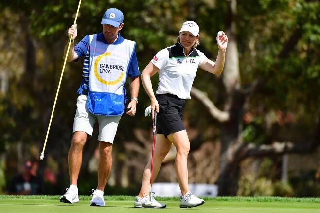 안니카 소렌스탐이 게인브릿지 LPGA 3라운드에서 캐디를 맡은 남편과 경기하고 있는 모습. /AFP연합뉴스