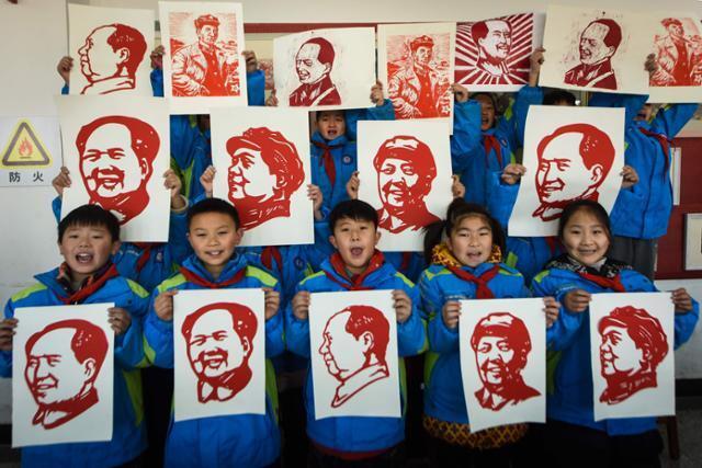 중국 장쑤성 롄윈강의 어린이들이 마오쩌둥 출생 127주년을 맞은 지난해 12월 각자 그린 초상화를 들고 환하게 웃고 있다. 롄윈강=AFP 연합뉴스
