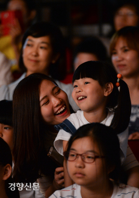 다문화가정의 부모와 자녀들이 2016년 6월 서울 성동구 청소년수련관에서 성동외국인근로자센터 2016 발표회를 즐기고 있다. / 이준헌 기자 ifwedont@