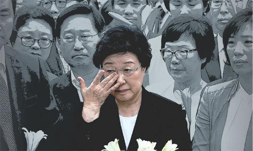 2015년 8월 대법원에서 실형 2년이 확정된 한 전 총리가 지지자들의 배웅 속에 서울구치소에 수감되면서 눈물을 닦고 있다. 자료 뉴스1
