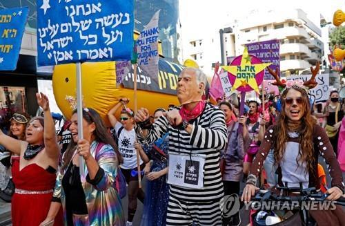 부림절 퍼레이드에 참여한 이스라엘 텔아비브 주민들 [AFP=연합뉴스]