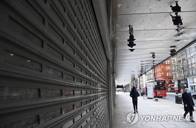영국 런던 옥스퍼드 스트리트 문 닫은 가게 [토비 멜빌/로이터=연합뉴스 자료사진]