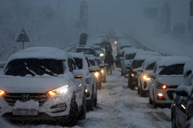 강원 산간과 동해안에 폭설이 쏟아진 지난 1일 미시령동서관통도로에서 차량이 움직이지 못하고 있다. 연합뉴스