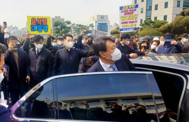 윤석열 검찰총장이 3일 오후 직원과의 간담회를 위해 대구고검과 지검을 방문한 가운데 지지자와 반대 시민이 각각 피켓을 들고 있다. 연합뉴스