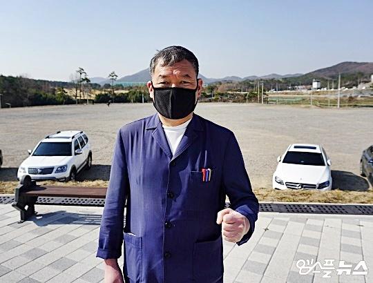 KT 스프링캠프 현장에서 만난 오규석 기장군수는 KBO의 조속한 한국야구 명예의 전당 사업 승인을 촉구했다(사진=엠스플뉴스 김근한 기자)