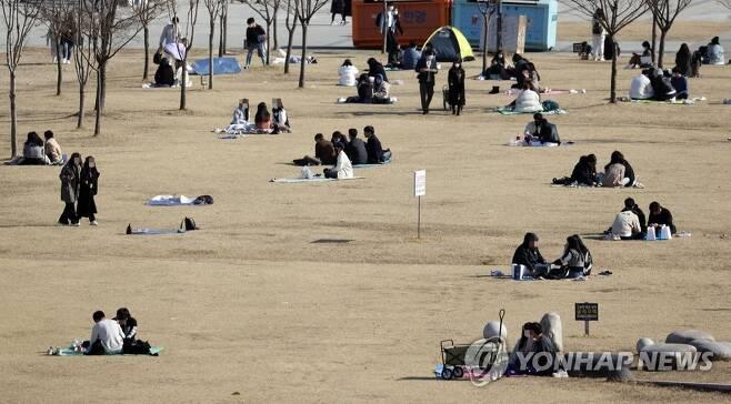 한강공원에서 보내는 포근한 오후 [연합뉴스 자료사진]