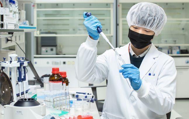 SK바이오사이언스 연구원이 백신 개발을 위한 R&D를 진행하고 있다. ⓒSK바이오사이언스