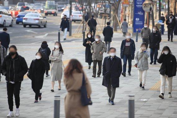 오늘 4일 아침 기온은 어제보다 3도에서 7도 높아 꽃샘추위가 누그러들겠다. 꽃샘추위가 찾아왔던 어제 3일 서울 중구 시청역 앞 거리에서 두꺼운 옷을 걸친 시민들이 출근길 발걸음을 옮기고 있다. /사진=뉴시스