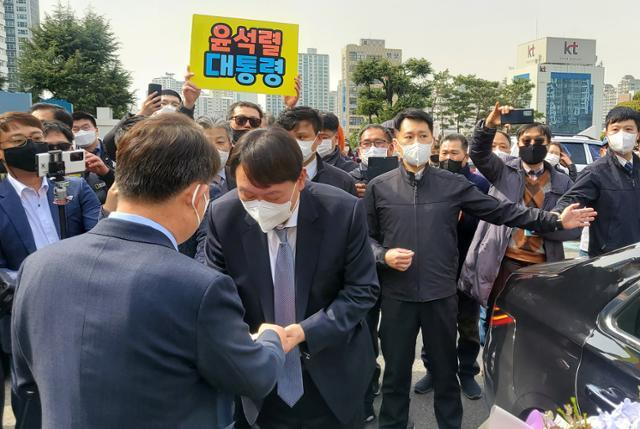 윤석열(앞줄 왼쪽 두 번째) 검찰총장이 3일 오후 대구고·지검을 방문한 자리에서 권영진(앞줄 맨 왼쪽) 대구시장을 만나 악수하고 있다. 대구=연합뉴스