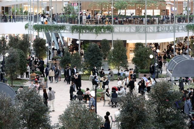 2030세대 인기 브랜드를 대거 입점시킨 서울 여의도 더현대 서울에서 지난 1일 시민들이 쇼핑을 즐기고 있다. 뉴스1
