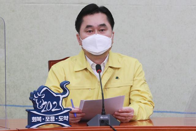 김종민 민주당 최고위원이 24일 국회에서 열린 최고위원회의에서 발언하고 있다. 공동취재사진