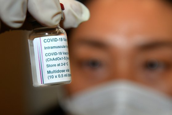 신종 코로나바이러스 감염증(코로나19) 백신 접종이 재개된 2일 세종시 보건소에서 의료진이 요양병원 종사자 등에게 아스트라제네카 백신을 접종하기 위해 냉장고에서 꺼내고 있다. [프리랜서 김성태]
