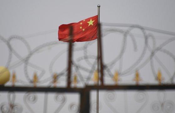 중국 신장의 소수민족 수용시설 입구 뒤로 중국 국기가 보인다. AFP=연합뉴스