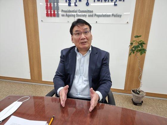 서형수 저출산고령사회위원회 부위원장이 2일 중앙일보와 인터뷰하고 있다. 신성식 기자