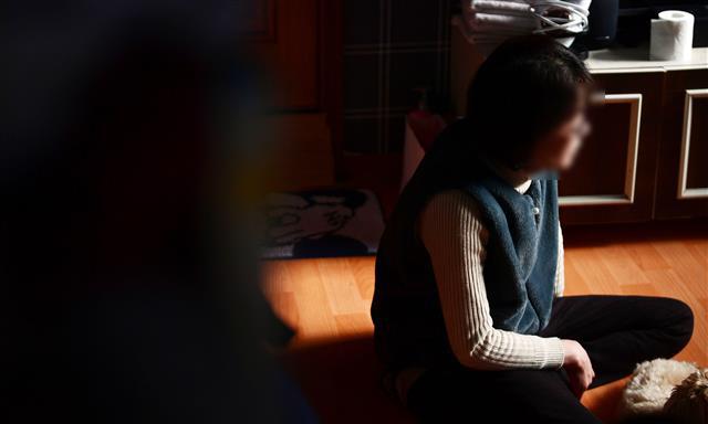 """수도권에 거주하는 김명선(56·가명)씨는 올해 고1이 된 손녀의 법적 후견인이다. 50대에 할머니가 된 김씨는 코로나 이후 생계 수단이었던 도배 일감이 크게 줄면서 어려움을 겪고 있다. 김씨는 """"코로나가 끝날 때까지 버텨야 하지 않겠느냐""""고 말했다. 박윤슬 기자 seul@seoul.co.kr"""