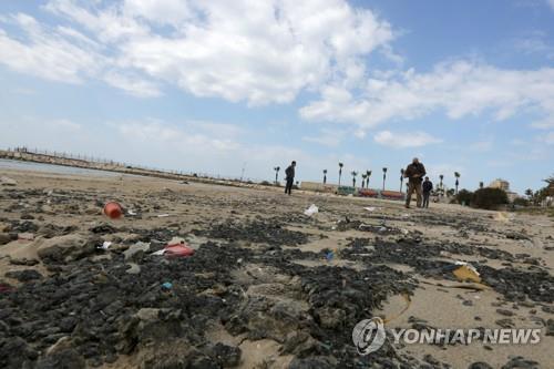 최악의 기름 유출로 타르 범벅이 된 이스라엘 지중해변 [로이터=연합뉴스 자료사진]