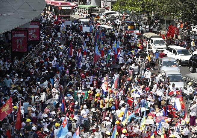 쿠데타에 반대하는 미얀마 시민들의 시위[EPA=연합뉴스 자료사진]