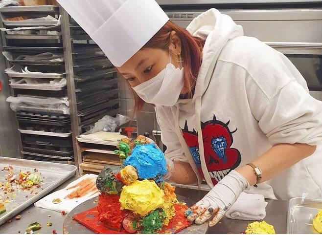 솔비가 자신의 인스타그램에 올린 해당 카페의 케이크. 솔비는 곰팡이 케이크 논란이 불거지자 자신의 인스타그램에 사과와 유감을 표했다. [솔비 인스타그램 갈무리]