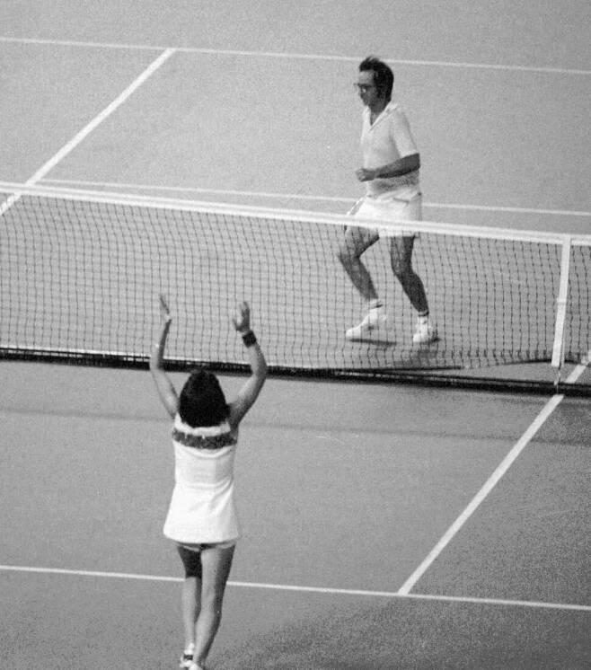 빌리 진 킹이 1973년 9월20일 휴스턴 애스트로돔에서 열린 테니스 대결에서 바비 릭스를 물리치고 양 팔을 버쩍 들어올린 모습. AP 연합뉴스