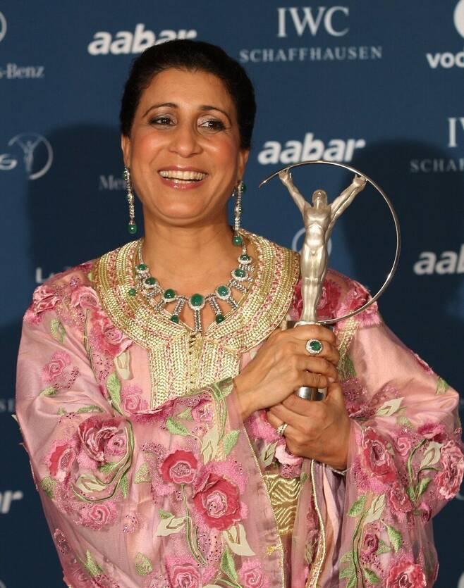 1984년 엘에이올림픽에서 무슬림 여성 최초로 올림픽 금메달을 땄던 나왈 무타와킬이 2010년 3월 아부다비에서 열린 한 스포츠 시상식에서 상을 받고 환하게 웃고 있다. 아부다비/EPA 연합뉴스