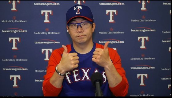 MLB 시범경기 등판 뒤 화상 인터뷰에서 엄지손가락을 치켜든 양현종 [텍사스 레인저스 구단 영상 캡처]