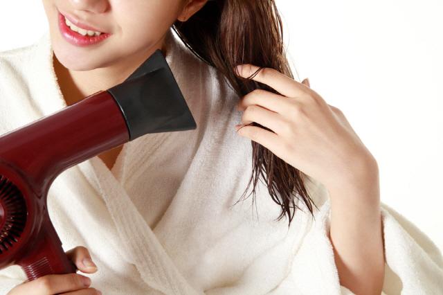머리카락과 두피는 열에 약해 젖은 머리를 뜨거운 헤어드라이어 바람에 말리면 탈모를 유발할 수 있다./사진=클립아트코리아