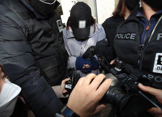 지난달 12일 경북 김천시 대구지방법원 김천지원에서 구미 여아 사망 사건과 관련해 20대 여성이 구속영장 실질심사를 받고 나오고 있다. 연합뉴스