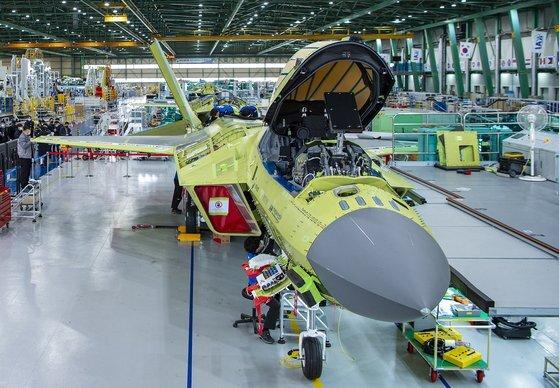 지난 1일 경남 사천 한국항공우주산업(KAI) 사천공장에서 한국형전투기 KF-X 시제기 막바지 조립 작업이 진행되고 있다. [사진 방위사업청 제공]
