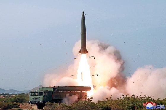 2019년 5월 이동식 발사차량(TEL)에서 발사된 '북한판 이스칸데르'로 불리는 지대지 탄도미사일 [사진 조선중앙통신]