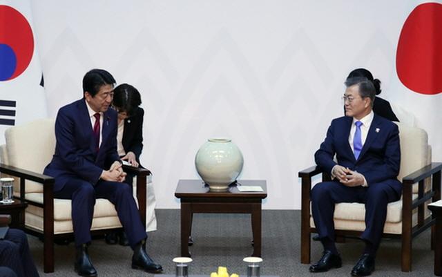 ▲ 문재인(오른쪽) 대통령과 아베 신조 일본 총리가 2018년 2월 9일 강원도 평창에서 정상 회담을 가졌다. ⓒ연합뉴스