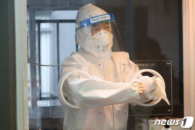 코로나 검체채취 준비하는 의료진(사진은 기사 내용과 무관함) / 뉴스1 © News1