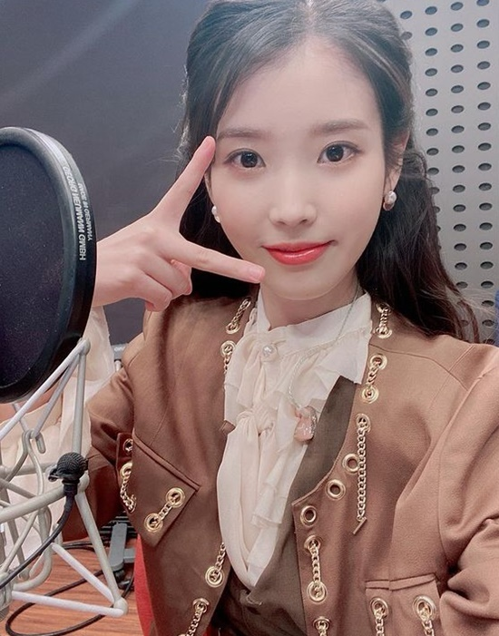 On the 30th, KBS Cool FM radio Kang Han Nas Volume is raised, singer IU appeared and talked.Since then, the production team of Volume Up has posted DJ Kang Han Na and guest IU together through the official Instagram.Kang Han Na and IU in the photo are taking a friendly pose and taking a certified photo like a close friend.In another photo, the IU attracted attention by revealing its unique lovely charm.The production team of Volume Higher with the photo, It is lovely to stand in the water even if you look at it while rolling back the front, Our gods who proved our goodness.I am so lovely, cute, wonderful and brilliant that I have to suffer from IU for a long time. / Photo: Raise the Volume of Kang Han Na InstagramCopyright c (xportsnews. com)