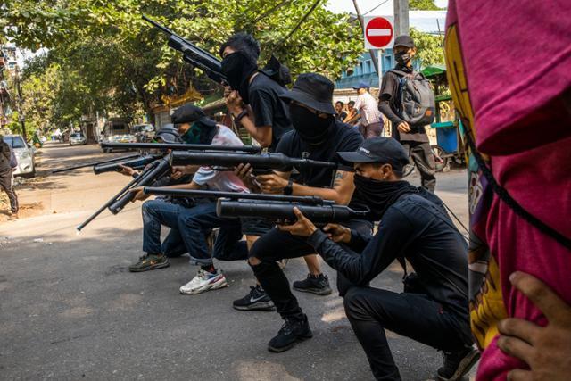 3일 미얀마 양곤 시위 현장에 등장한 사제 공기총 시민 분대. 양곤=AP 연합뉴스