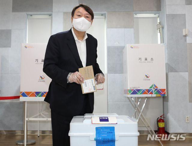 지난 2일 서울시장 재보궐 선거 사전 투표를 하고 있는 윤석열 전 검찰총장/뉴시스