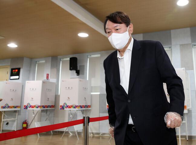 윤석열 전 검찰총장이 4·7 재보궐선거 사전투표 첫날인 2일 서울 서대문구 남가좌1동 주민센터에 마련된 사전투표소에서 투표한 뒤 투표소를 나서고 있다. 연합뉴스