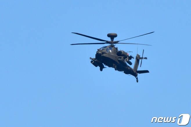 6일 경북 포항시 북구 송라면 해안에서 실시된 여단급 합동 상륙훈련에서 육군 아파치 가디언 공격헬기가 적 해안을 공격하고 있다. 2021.4.6 /뉴스1 © News1 최창호 기자