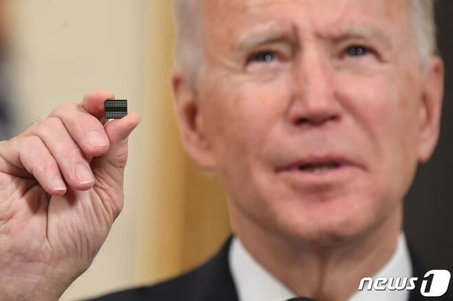 반도체를 들고 있는 조 바이든 미국 대통령 © afp=뉴스1