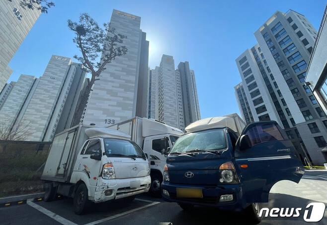 5일 오후 서울 강동구 고덕동의 한 대단지 아파트 앞에 택배 차량이 주차돼 있다. 2021.4.5/뉴스1 © News1 이광호 기자
