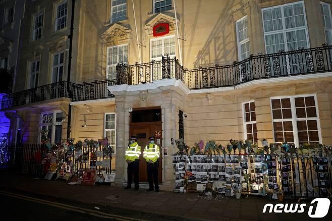 군부가 7일(현지시간) 영국 주재 미얀마 대사관을 점거해 쿄우 즈와르 민 주영 대사가 안으로 들어가지 못하고 있다. © AFP=뉴스1 © News1 원태성 기자