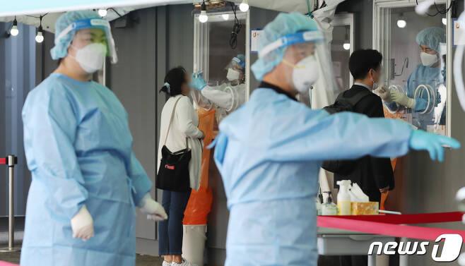 8일 서울역 중구임시선별검사소를 찾은 시민들이 코로나19 검사를 받고 있다. 2021.4.8/뉴스1 © News1 박지혜 기자