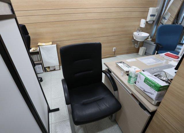 서울의 한 보건소에 마련된 코로나19 예방접종 장소. 이날 정부가 아스트라제네카 접종을 보류하면서 한산한 모습이다.